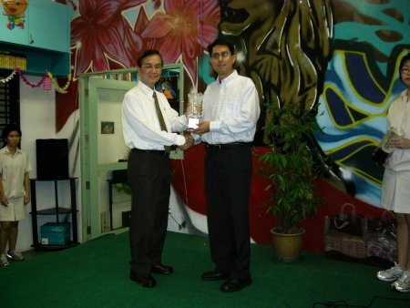 Mr Koh receiving the memento from Guest of Honour Dr Muhammad Faishal Ibrahim, MP for Marine Parade GRC, thanking us for the donation